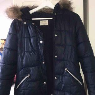 Jättefin dunjacka från Zara, nästan oanvänd! Pris kan diskuteras! Storlek: S men passar även XS! Perfekt vinter/höst jacka
