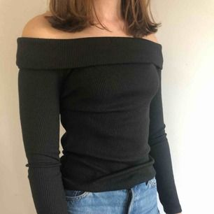 Off shloulder tröja från Gina. Är väldigt stretchig så kan passa större storlek.