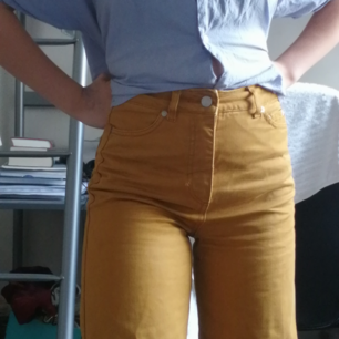 Senapsgula jeans från weekday! Modellen Veer Occra, i fint skick. Köpta för 400 tror jag💛 (är 160 men passar på längre)