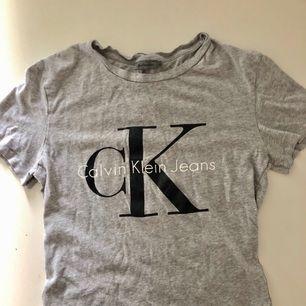 T-shirt från Calvin Klein. Sparsamt använd och helt nytvättad. Köpt för 550kr.