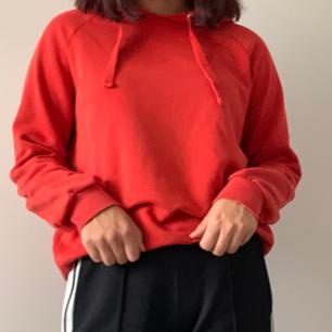 En röd hoodie ifrån Gina tricot. Köpt för 200 kr. Ej jätteanvänd. Ganska tunn så går att använda mycket. Oversize på kroppen men bra längd i ärmarna!