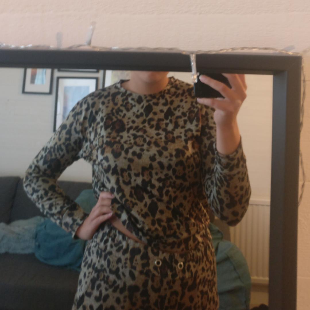 En tröja från madlady ☺️ Jättebra skick, använd en gång :) Säljer pga garderobsuttensning. Pris kan alltid diskuteras! Du som köpare står för frakt :). Huvtröjor & Träningströjor.
