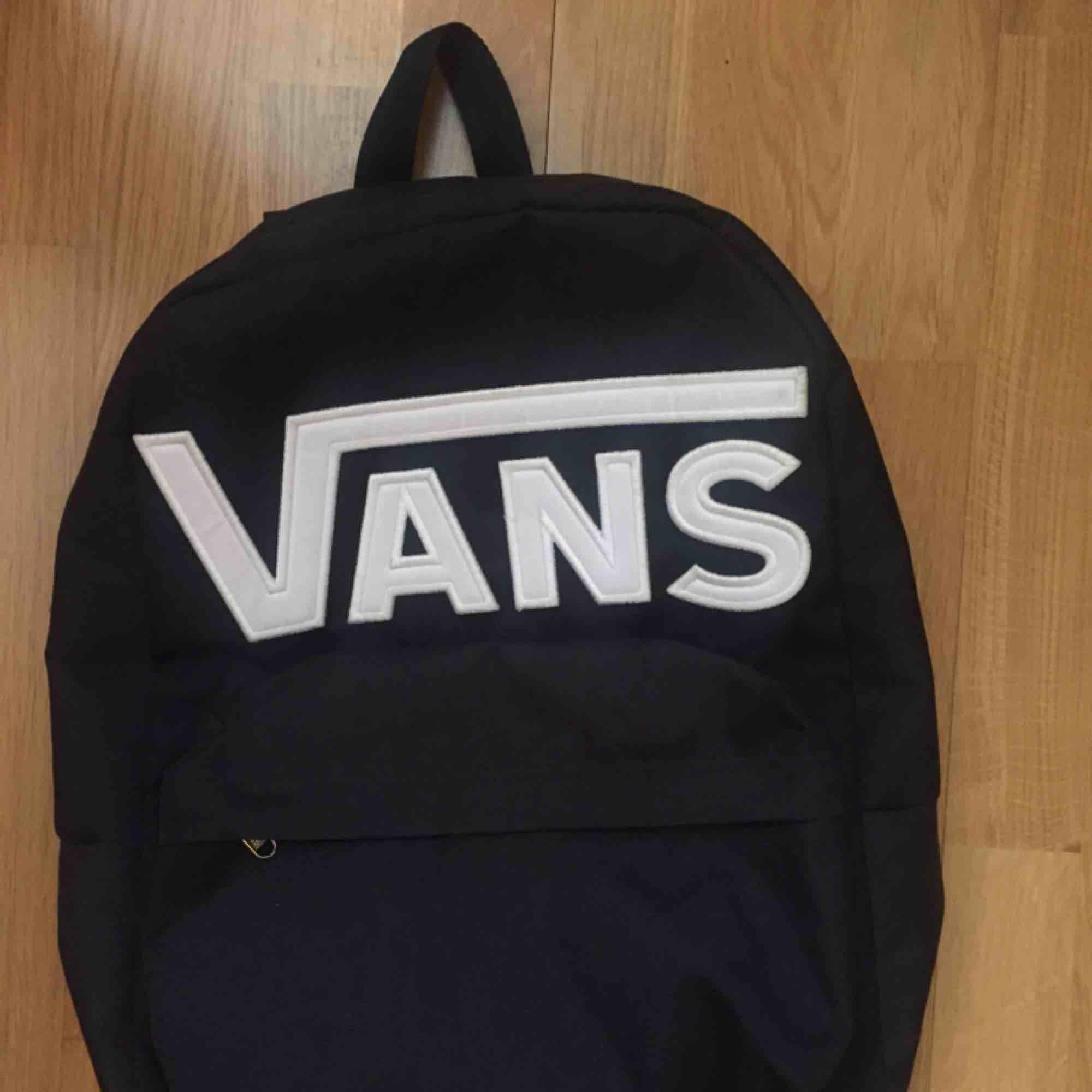 Ryggsäck från Vans, ser ut som ny. Ytterfack och justerbara band. Väskor.