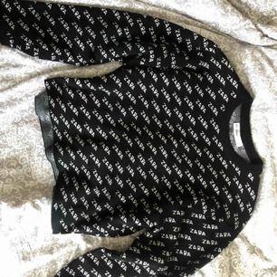 Tröja från Zara, säljer pga ej använder. Vid frakt tillkommer 50 kr. Storlek S men passar även XS :)