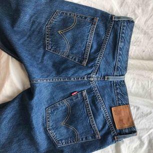 levi's jeans såååå snygga men tyvärr för små för mig:( kontakta för mer frågor eller bilder!!⭐️💞✨