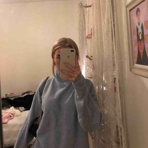 Blå stickad tröja från h&m nästan helt oanvänd  Nypris 400kr Storlek xs