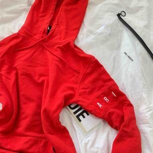 Röd superfin hoodie från Axel Arigato i storlek S. Endast använd en gång🖤 Frakt tillkommer