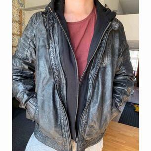 Jacka från Rock & Blue i äkta skinn! Originalpris 3000 kr Storlek XL  Den svarta hoodien som sitter ihop med jackan är avtagbar.  Endast provad.