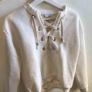 Lite tjockare stickad tröja med snörning där fram från nelly.com egna märke. Bra skick, använd ett par gånger