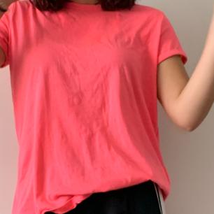 En neonrosa t-shirt. Har uppvikta ärmar. Jättebra skick!! Använd 1, max 2 ggr. Strl Xl men sitter som m/l
