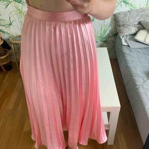 Säljer min kjol från Missguided då den inte kommer till andvändning Kjolen är köpt för ca 300kr  Aldrig andvänd  Är 164 och den är lite längre än knäna (Frakt tillkommer)