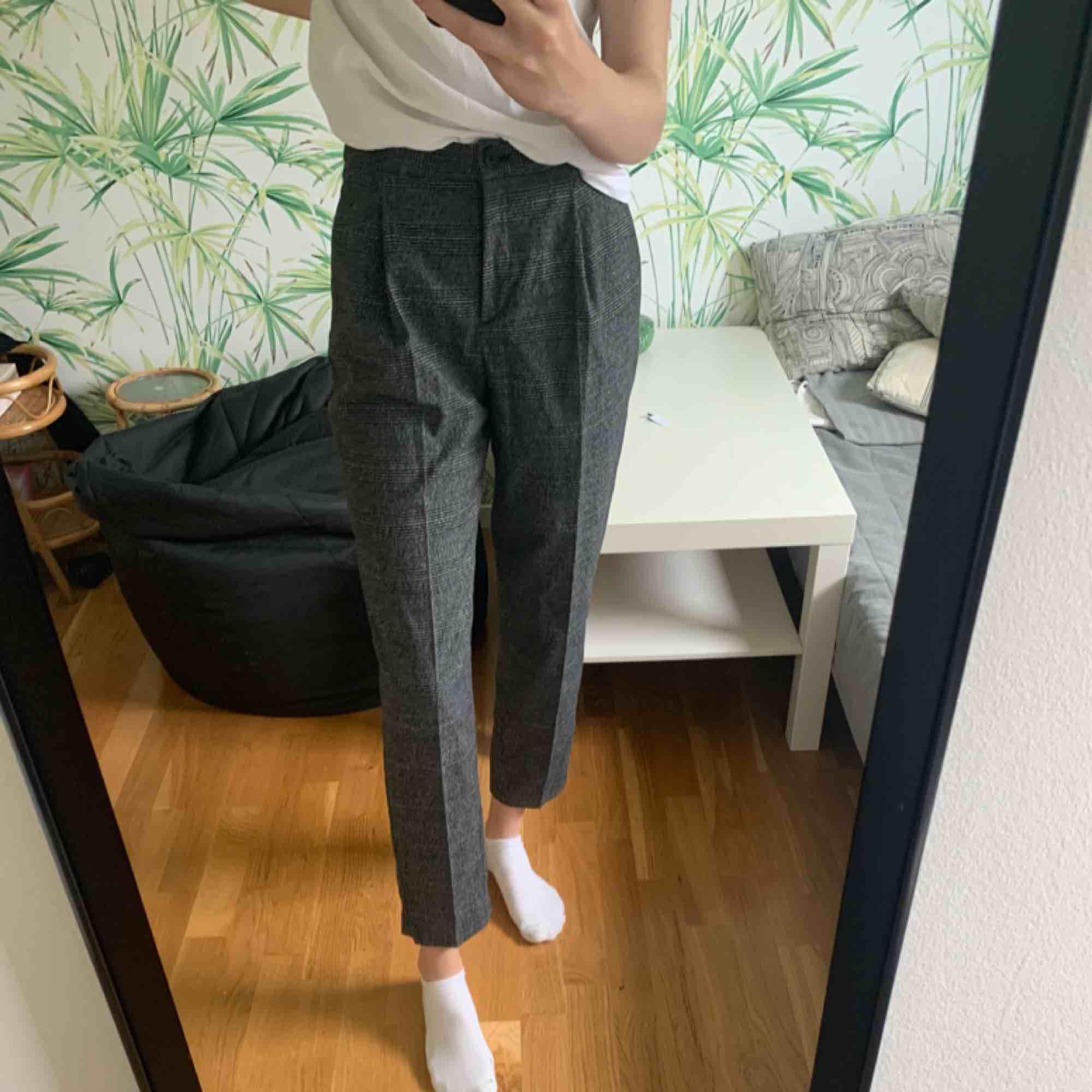 """""""Kostym"""" byxor från monki, aldrig andvända  (Frakt tillkommer). Jeans & Byxor."""
