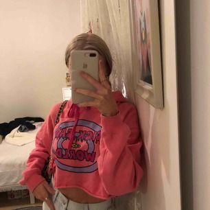 Skit snygg rosa hoodie från MTV köpt på en butik i london  Croppad och jätte skönt material i en neon rosa färg Kostade runt 300/400kr  Nyskick