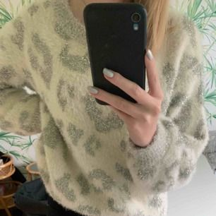 Väldigt fin glittrig tröja, lite oversized för mej som är vanligtvis xs