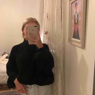 Svart stickad tröja med puff ärmar  Storlek xs (Spegeln som är smutsig, ej tröjan) Nypris va ca 350