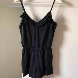 Skön svart byxdress med volanger och resår i midjan, från H&M. Material: bomull, storlek XS ✨ frakt tillkommer på 36kr