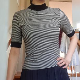 Snygg randig topp/tröja med halvpolo/turtleneck från Monki. Mycket gott skick.  Möts upp i Sthlm eller fraktar mot portoavgiften. Svarar gärna på frågor om plagget:)