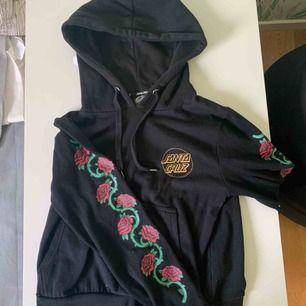 En fin hoodie från santa cruz köpt på carlings, Passar perfekt för mej som är 164, lång i armarna (Frakt tillkommer)