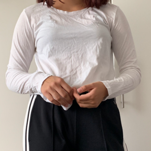 En långärmad vit tröja från hm. Köpt för 80kr. Sitter jättebra. Lite lös på kroppen men rätt thight i ärmarna. Lite rundad i fram och bak längst ner på tröjan. Nästintill oanvänd
