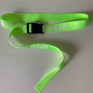 Väldigt fint neon grönt skärp med knäppe Reglerbart så passar alla storlekar  (Frakt tillkommer)