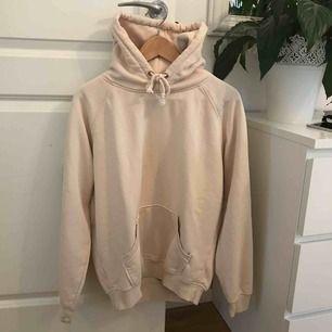 Säljer nu mina goa hoodie från bikbok😻 färgen är lite ljusrosa aktig och jag säljer för 150kr + fraktkostnaden 💕💕💕
