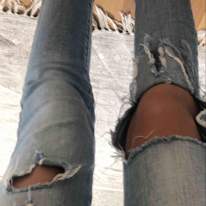 SUPERSNYGGA jeans från american Eagle outfitters. Dom är lite för korta för mig så säljer dom. Annars hade jag lätt behållt dom. Frakt ingår. Pris kan diskuteras. Jeans & Byxor.