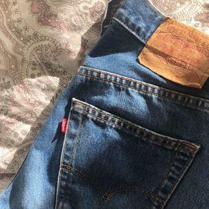Flyttstädar och säljer därför en del av min garderob. Vintage Levis som passar en w29. Jag är 175cm och tycker dessa känns aningen korta så skulle nog passa någon som 170cm och neråt. Frakt tillkommer men kan diskutera pris vid snabb affär! ✨