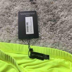 Oanvänd neon kjol med slits! Frakten ingår i priset.