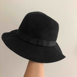 Fin hatt i 100% ull med snören på insidan som justerar storleken (se bild 3). Frakt tillkommer 🎩