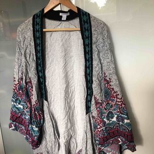 Kimono från New Yorker som inte kommer till användning. Sval och härlig! Frakt tillkommer 🌈