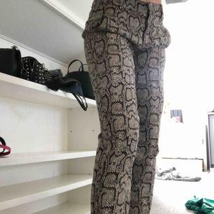 Skitcoola byxor med snakeprint/orm-mönster på! Modellen är som kostymbyxor!😍 gör lätt en enkel outfit cool och trendig!👊🏽👊🏽🤩 nypris 399 om jag minns rätt