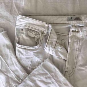 Vida vita byxor från Zara, aldrig använda !! dessa behöver ett nytt hem !!! Vi kommer överens om fraktpris om möte ej är aktuellt !!