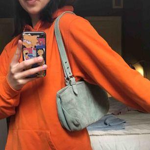 Unik mocka - shoulderbag i bra men använt skick! Köpt secondhand och finns inte att hitta liknade🤪kan hämtas utanför min port i Vasastan eller skickas mot fraktkostnad! Skriv för direktpris för att slippa budgivning!☺️