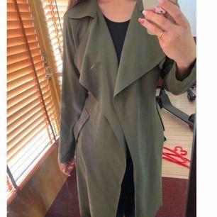 Trench coat köpt på BikBok för några år sedan. Inga fel på den, kommer bara inte till användning.