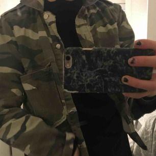 Populära militärfärgade jackan. Använd fåtal gånger och är i fint skick. Köpt på Gina för ca 400kr. Stolek 34, man kan ha den över hoodie.