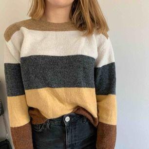Säljer en randig tröja perfekt nu till hösten. Säljes på grund av att den inte riktigt är min stil. Kan mötas upp i Helsingborg men annars står köparen för frakten
