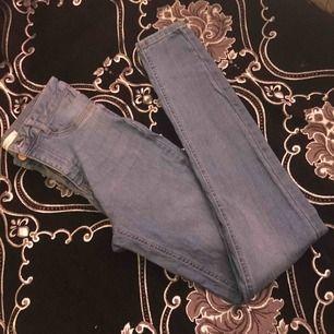 Säljer ett par nya Molly jeans från ginatricot, använt ca 3 gånger, säljer de pga av att de är stor på mig. Köpta för 300kr så säljer för 150 men(pris kan diskuteras också)