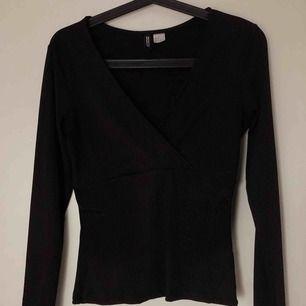 H&M en omlott tröja med en djup v-ringning. Köparen står för frakten.
