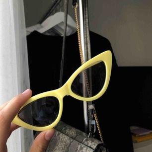 Fina solglasögon från MONKI! Aldrig använda