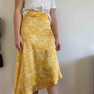 Säljer denna underbara gula kjol med vita detaljer. Endast använd vid ett tillfälle och säljer nu för att den inte kommer till användning igen. Kan mötas upp i Helsingborg men annars står köparen för frakten