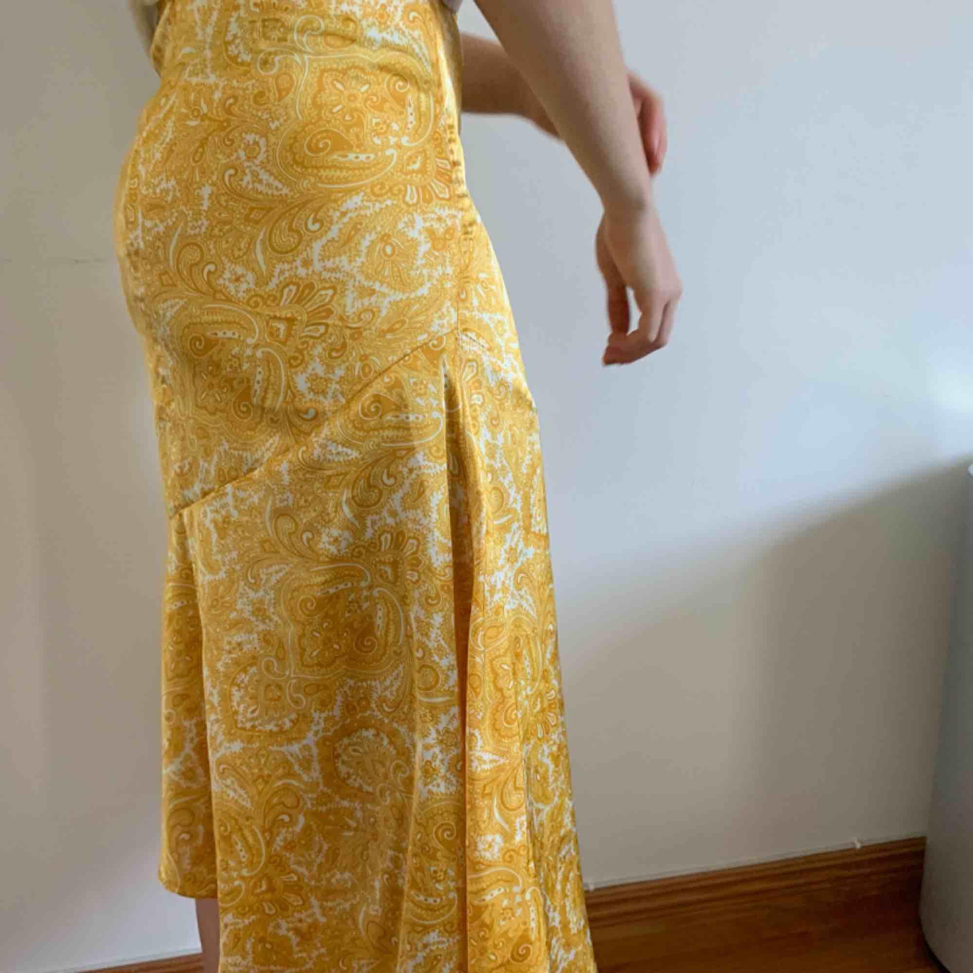 Säljer denna underbara gula kjol med vita detaljer. Endast använd vid ett tillfälle och säljer nu för att den inte kommer till användning igen. Kan mötas upp i Helsingborg men annars står köparen för frakten. Kjolar.