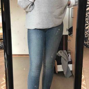 Lågmidjade crockers jeans i storlek 25. Dragkedja nedtill längst byxbenen.