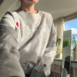 Riktigt snygg sweatshirt från Champion köpt på Weekday!😍 lite oversize i storleken så passar nog bäst s eller m😊 nypris är 800 och den är i helt perfekt skick och knappt använd🤩