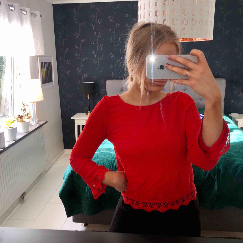 Snygg vibrant tröja från HM med liten öppning i ryggen! :) supersnygg på! :). Blusar.