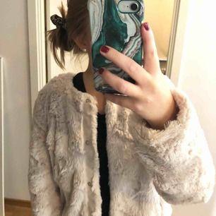 Jättefin ljusrosa pälsjacka från Vero Moda i storlek XS. Frakt tillkommer om du inte kan mötas upp i Stockholm. Säljer pga att jag aldrig använder den. Skriv gärna om du har några frågor :)