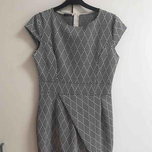 En klänning som är bara testad. Den knälång på mig som är 166cm Priset inkl frakten:)