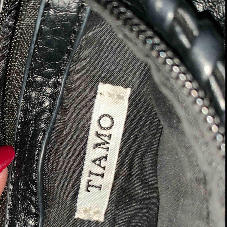 Väska med kedja från ti amo. Använd en del men jättefint skick. Väskor.