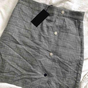 Super fin kjol från Stockholm LM's senaste vårkollektion. Tyvärr passade den inte mig och därför har den bara blivit liggandes. Prislappen sitter kvar!