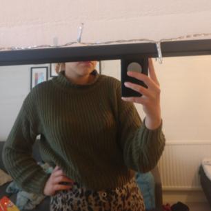 En militärgrön stickad lite kortare tröja från H&M med en polokrage. Använd några få gånger, jättebra skick ☺️ Säljer pga garderobsuttensning. Pris kan alltid diskuteras! Du som köpare står för frakt :)