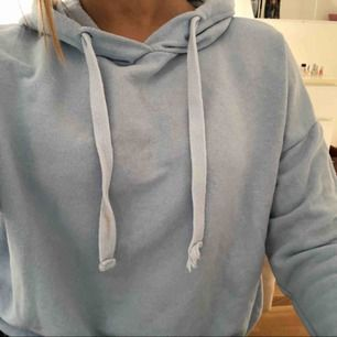 Babyblå hoodie från pull&bear. Använt max 2 ggr. Frakt tillkommer om du inte kan mötas upp i Stockholm. Skriv gärna om du har några frågor